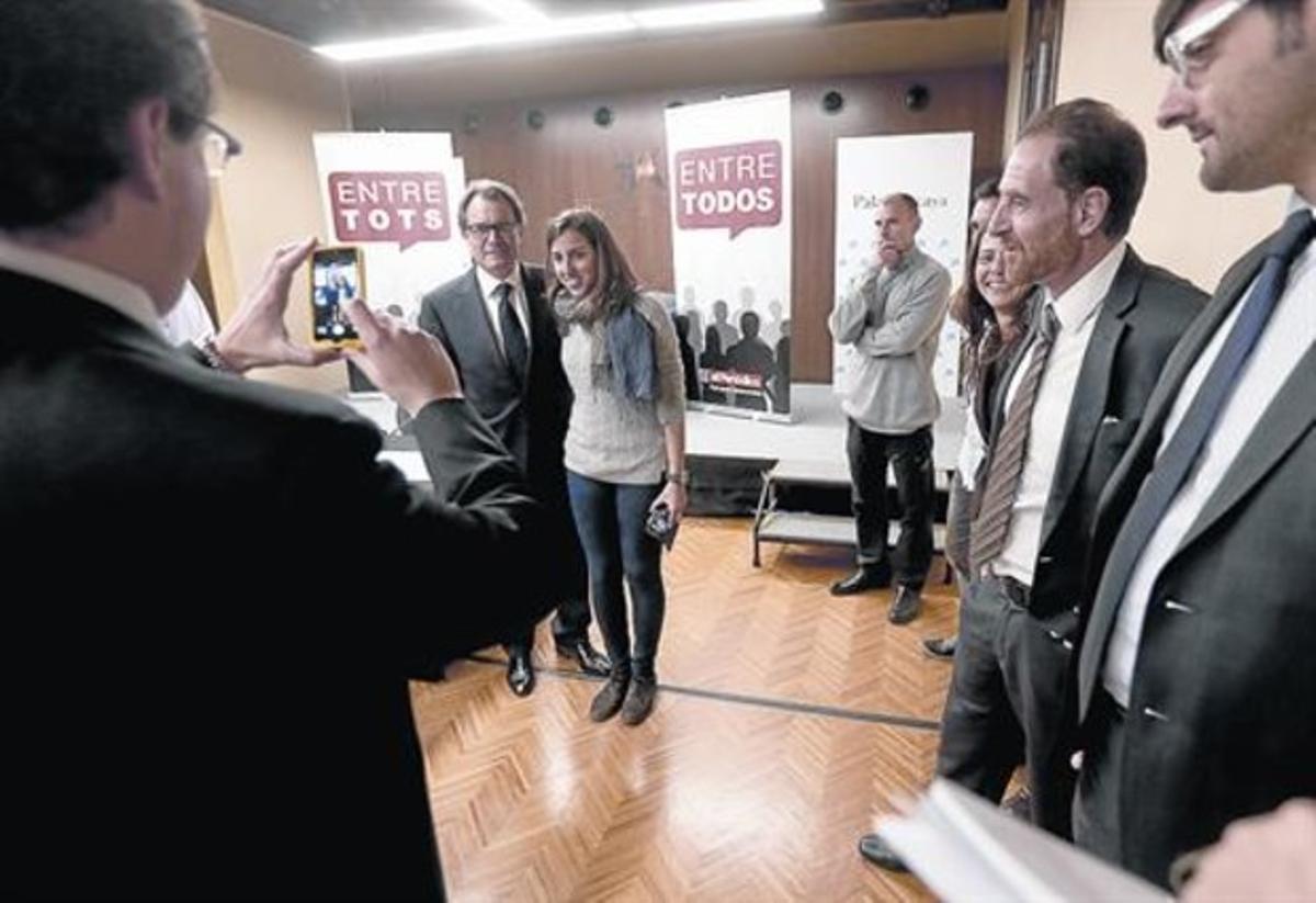 Epílogo cordial 8 Mas se fotografía con los participantes una vez finalizado el debate.