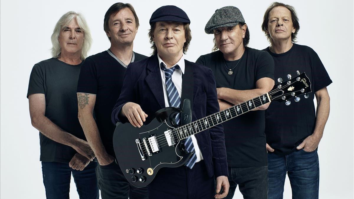 La banda AC /DC. Deizquierdaa derecha: Cliff Williams, Phil Rudd, Angus Young, Brian Johnson y Stevie Young.