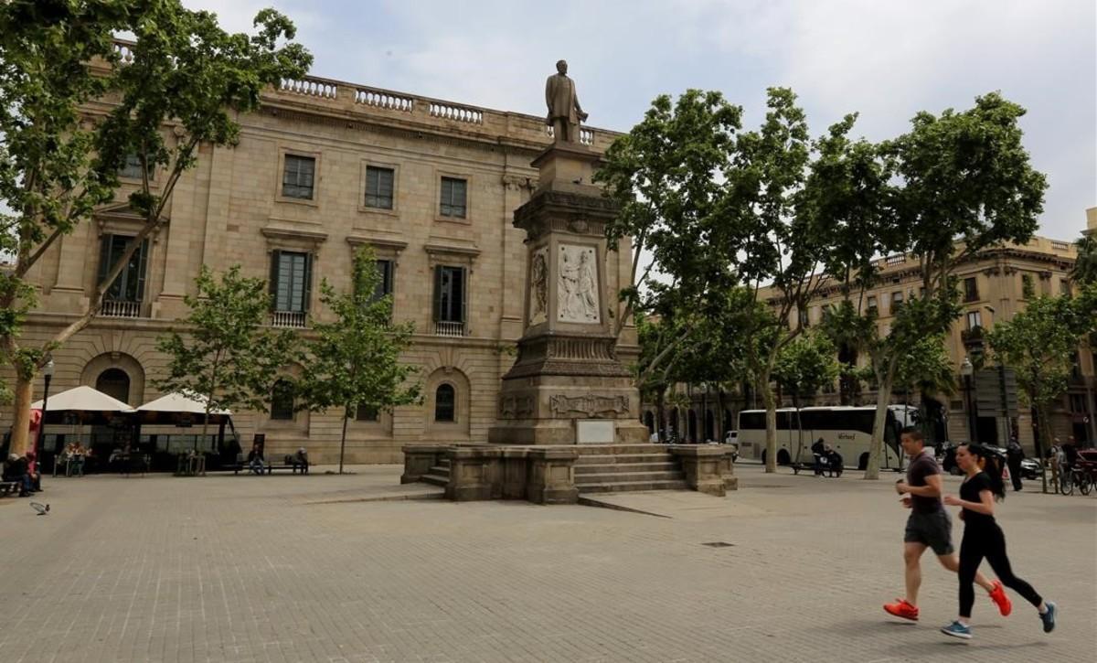 La estatua de Antonio López, en la plaza del mismo nombre, al final de la Via Laietana.