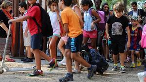 Unos niños con pantalón corto en la escuela Bogatell de Barcelona.