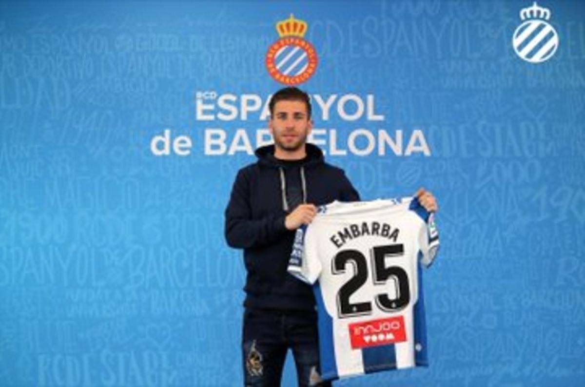 Embarba muestra el dorsal número 25 que llevará como futbolista del Espanyol.