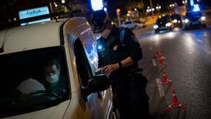 Control policial en Barcelona, durante el toque de queda