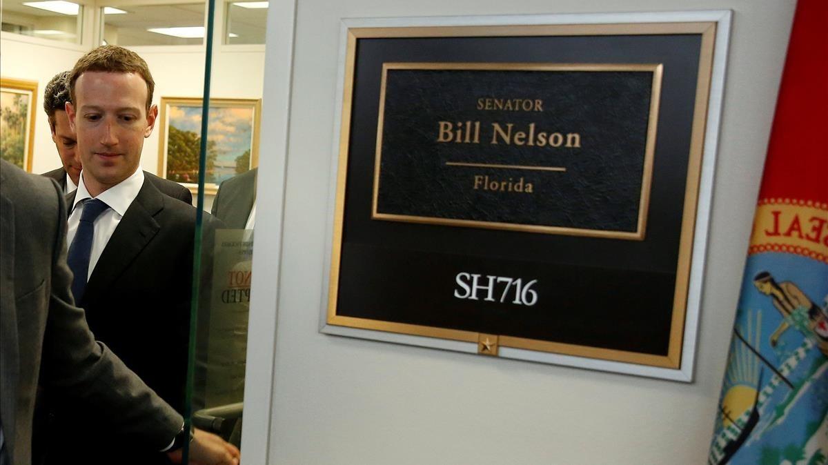 Zuckerberg sale de la oficina del senador Bill Nelson en el Capitolio, este lunes.