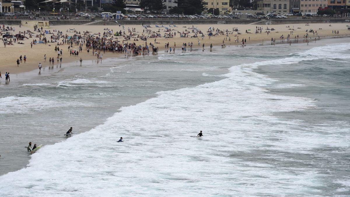 Nadadores son evacuados del agua en la playa Bondi en Sídney (Australia) después de que un helicóptero de la policía avistase un tiburón cerca de la orilla.