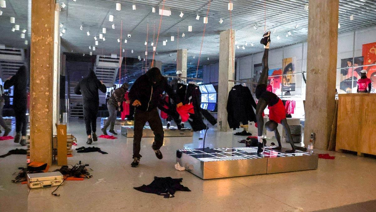 Manifestantes en el interior de una tienda Nike en Barcelona.