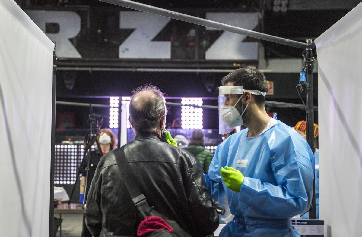 Los sanitarios realizaron test PCR a los más de 5.000 asistentes al concierto de Love of Lesbian en el Palau Sant Jordi.