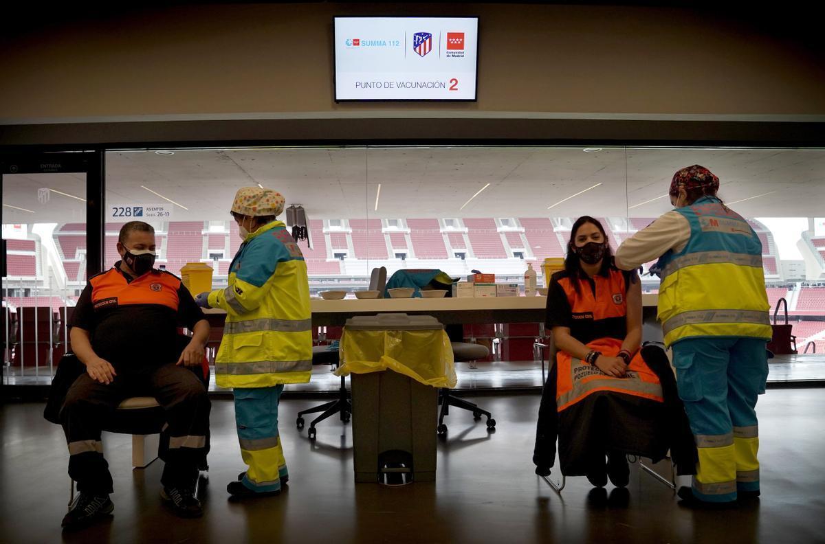 Madrid empieza a vacunar en el estadio Wanda Metropolitano. En la foto, un policía recibe la primera dosis durante el primer día de vacunación contra la covid.