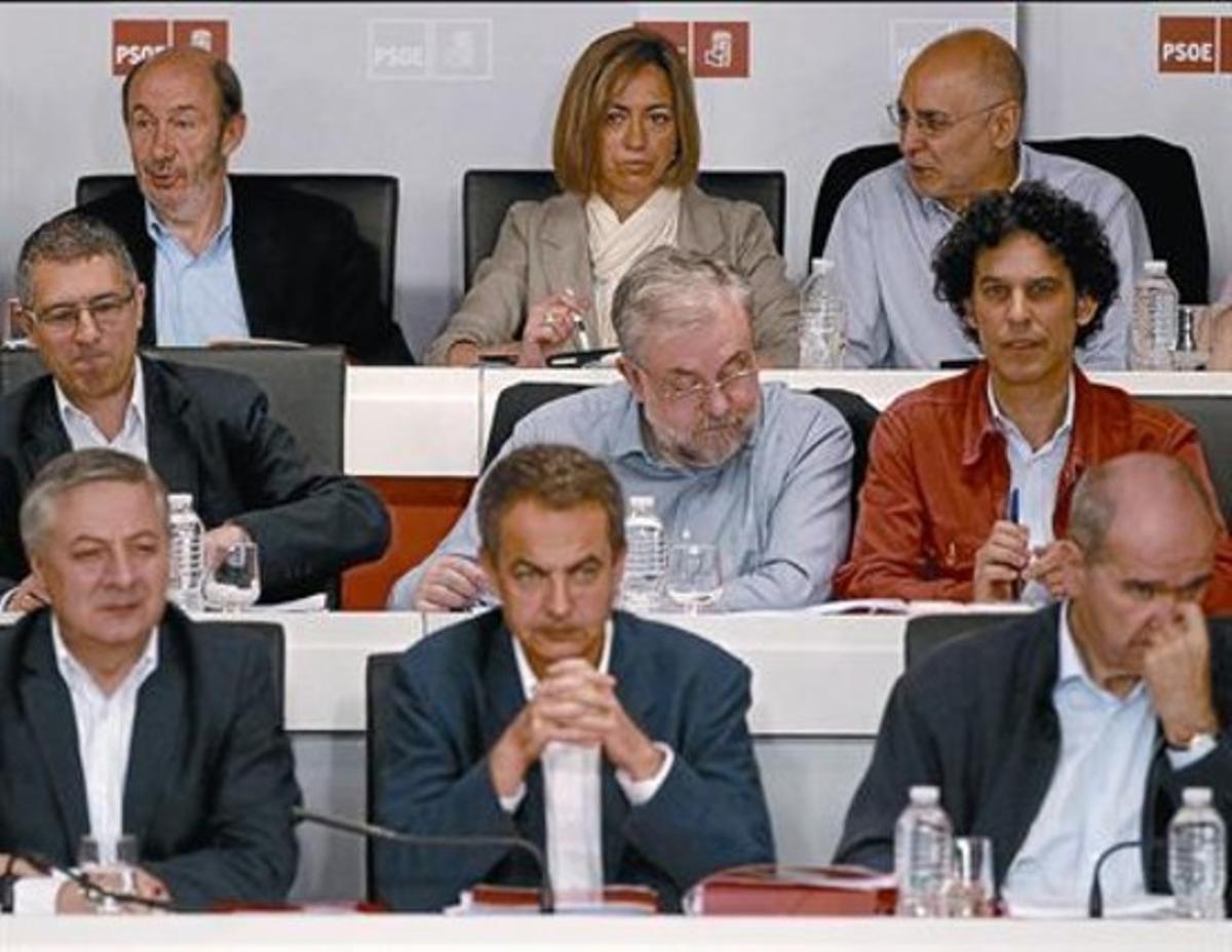 Zapatero, en primera fila, y Rubalcaba y Chacón, detrás, ayer, en la sede del PSOE.