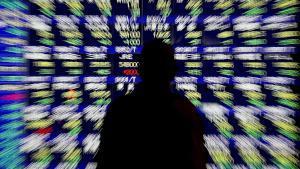 Imagen de archivo de una persona mirando unas pantallas de información sobre los resultados de la Bolsa.