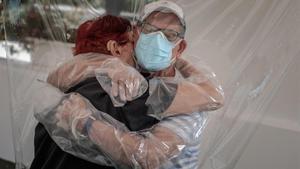 Una mujer interna en una residencia de mayores de València abraza a su sobrino a través de un plástico habilitado a tal efecto, el 17 de junio pasado.
