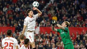 Lenglet salta ante Loris Karius, el portero del Liverpool, en el Sánchez Pizjuán.