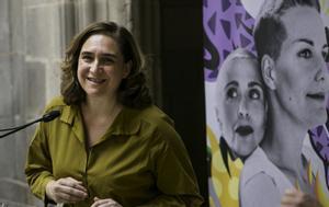 La alcaldesa Ada Colau ha asistido al acto en el que se ha presentado una alfombra contra el odio LGTBI.