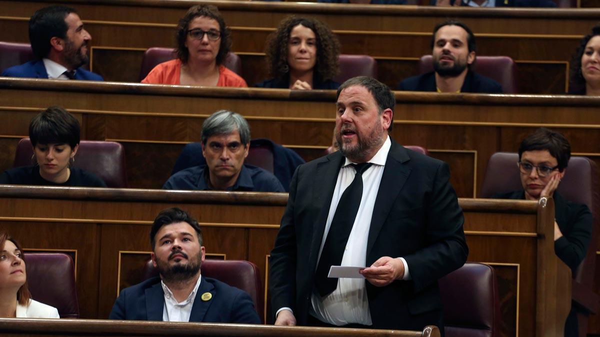 El líder de ERC, Oriol Junqueras, ha acatado la Constitución y ha prometido su cargo como diputado, entre golpes a los escaños de los diputados de Vox.