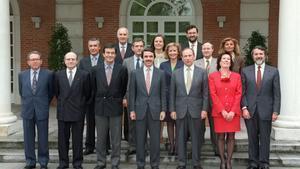 El primer Gobierno de José María Aznar posa en la Moncloa, en 1996.