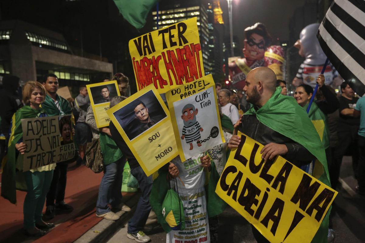 BRA20 SAO PAULO (BRASIL), 11/05/2016.- Manifestantes protestan contra el Gobierno brasileño hoy, 11 de mayo de 2016, en Sao Paulo (Brasil). El Senado decide hoy si abre un juicio político con miras a la destitución de la presidenta brasileña, Dilma Rousseff. EFE/Sebastião Moreira