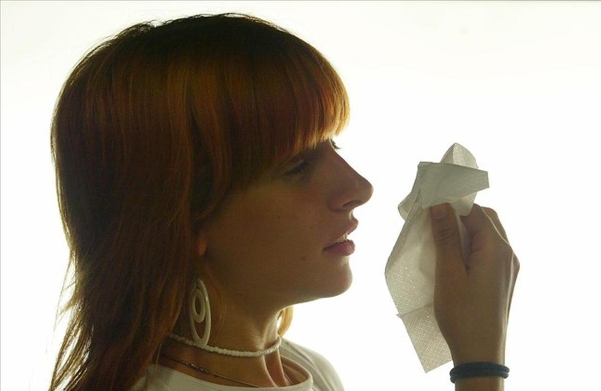 Una mujer con gripe.