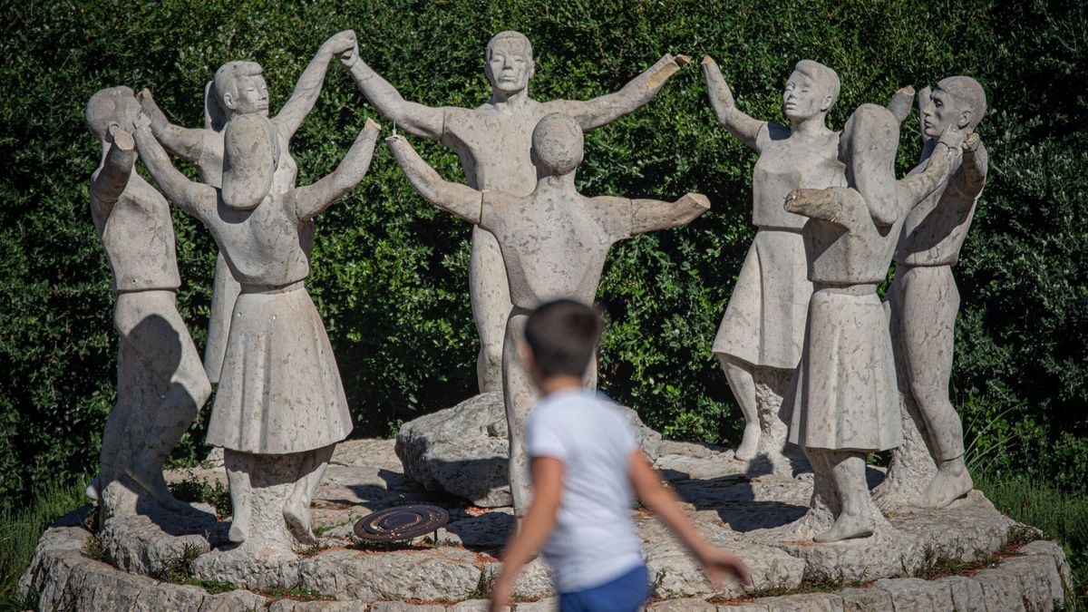 Una imagen del monumento a la sardana de Montjuïc con los brazos mutilados, el pasado octubre.