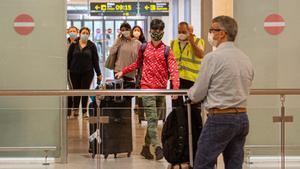 Llegada de turistas, ayer, a la T1 del aeropuerto de El Prat.