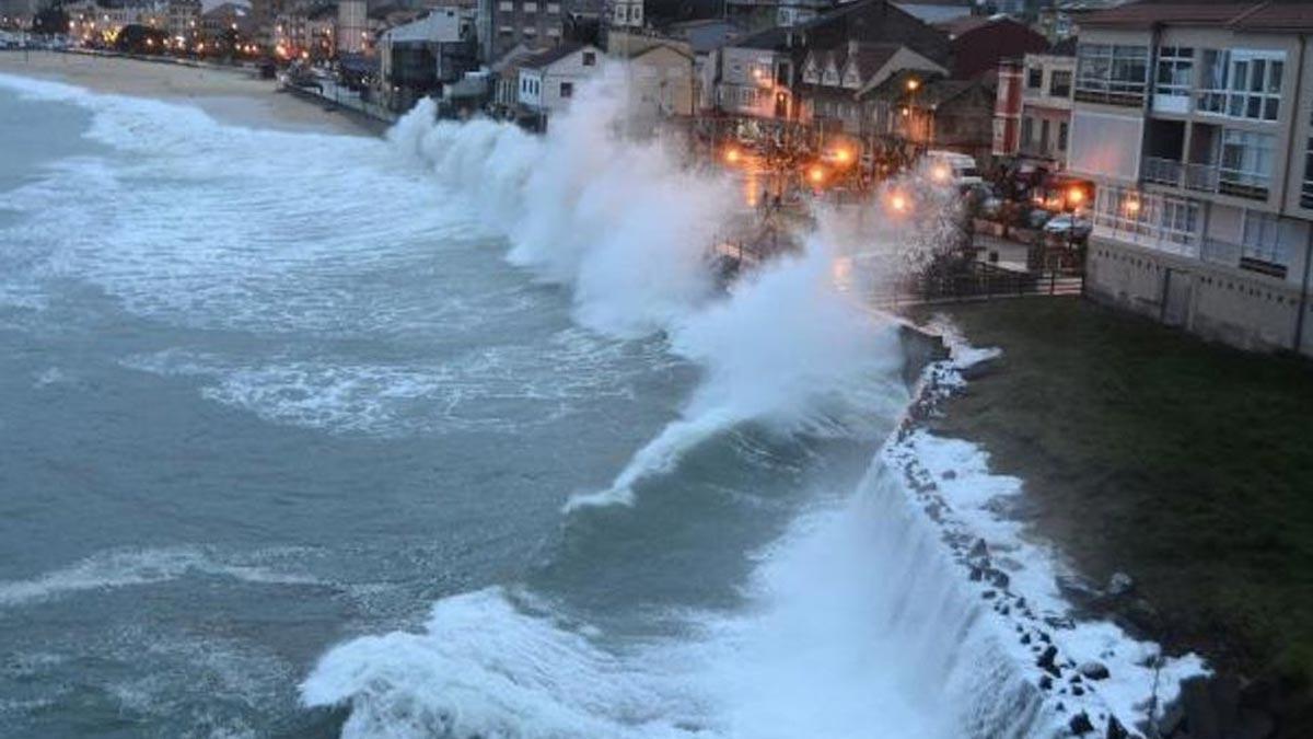 Olas producidas por un temporal golpean la costa de Bueu.