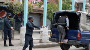 La Policía de Nepal detiene a personas durante cuarentena por el coronavirus.