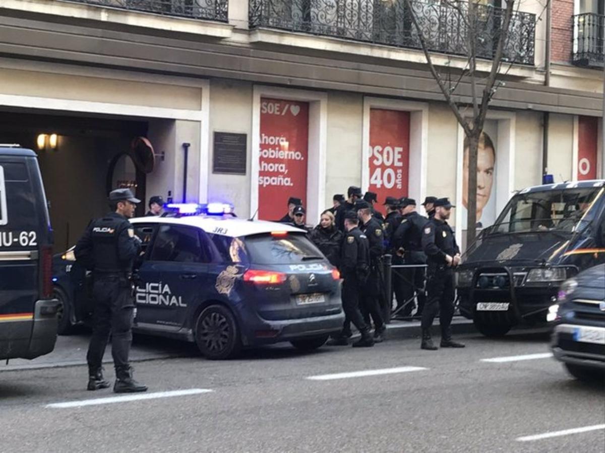 Policía en la sede del PSOE tras la irrupción de miembros de Hogar Social en Madrid