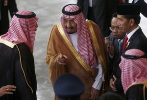 MAST403 BOGOR (INDONESIA) 01/03/2017.- El presidente indonesio, Joko Widodo (d), se reúne con el rey Salman bin Abdulaziz al-Saud de Arabia Saudí (c) en el Palacio presidencial de Bogor (Indonesia) hoy, 1 de marzo de 2017. EFE/Adi Weda / Pool