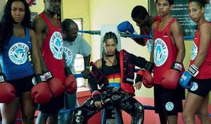 Adriana Lima, con los jóvenes de las favelas de Río en una foto de la campaña de la Fundación Laureus.