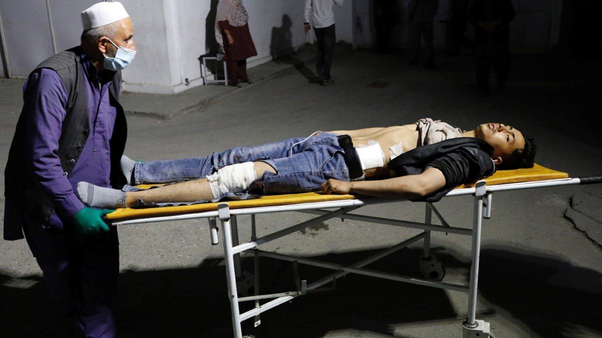 Un herido es trasladado al hospital de Kabul tras el atentado suicida.