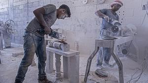 Nader, de 15 años, trabaja con maquinaria peligrosa modelando piedra en Arsal, Líbano
