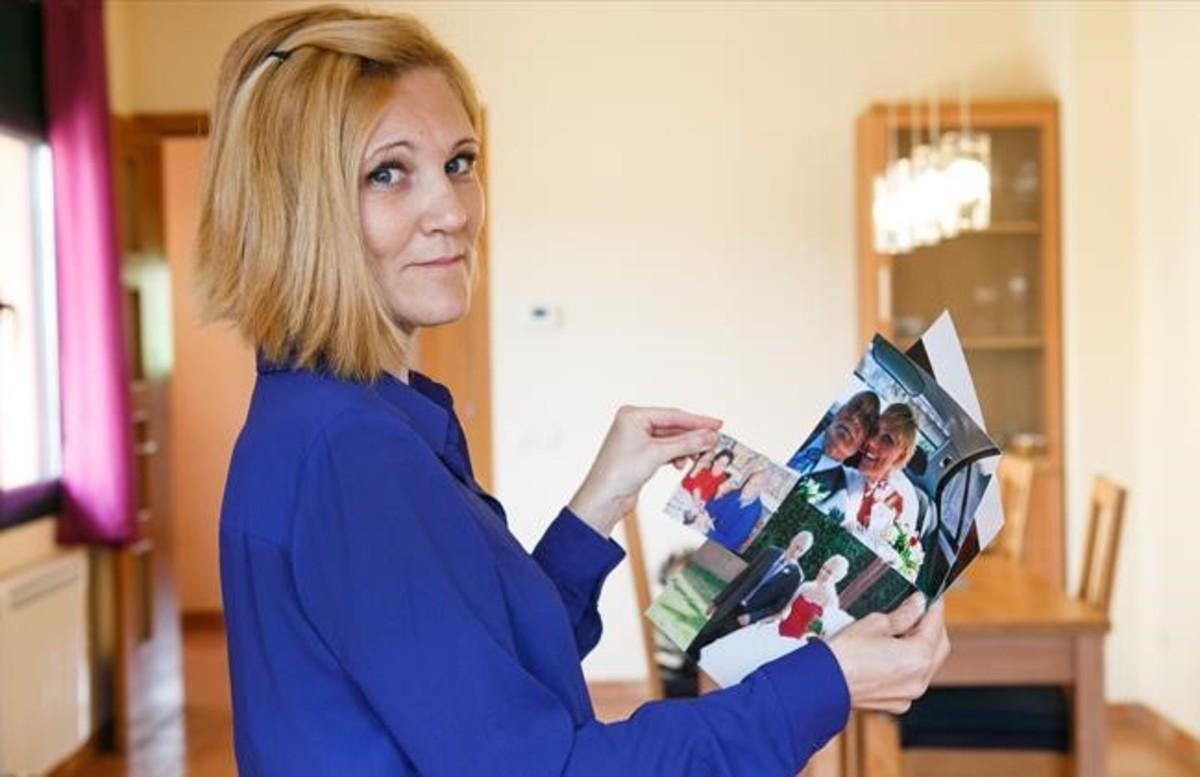 Montserrat Fuentes, en su casa de Vilalba Sasserra, con algunas fotos de sus padres, el pasado viernes.