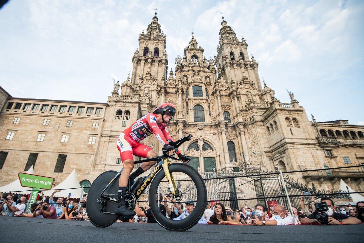 Primoz Roglic, ante la Catedral de Santiago, tras ganar la última contrarreloj y la Vuelta.