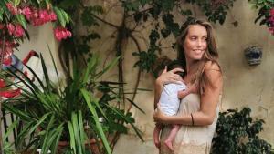 Ona Carbonell y su hijo Kai.