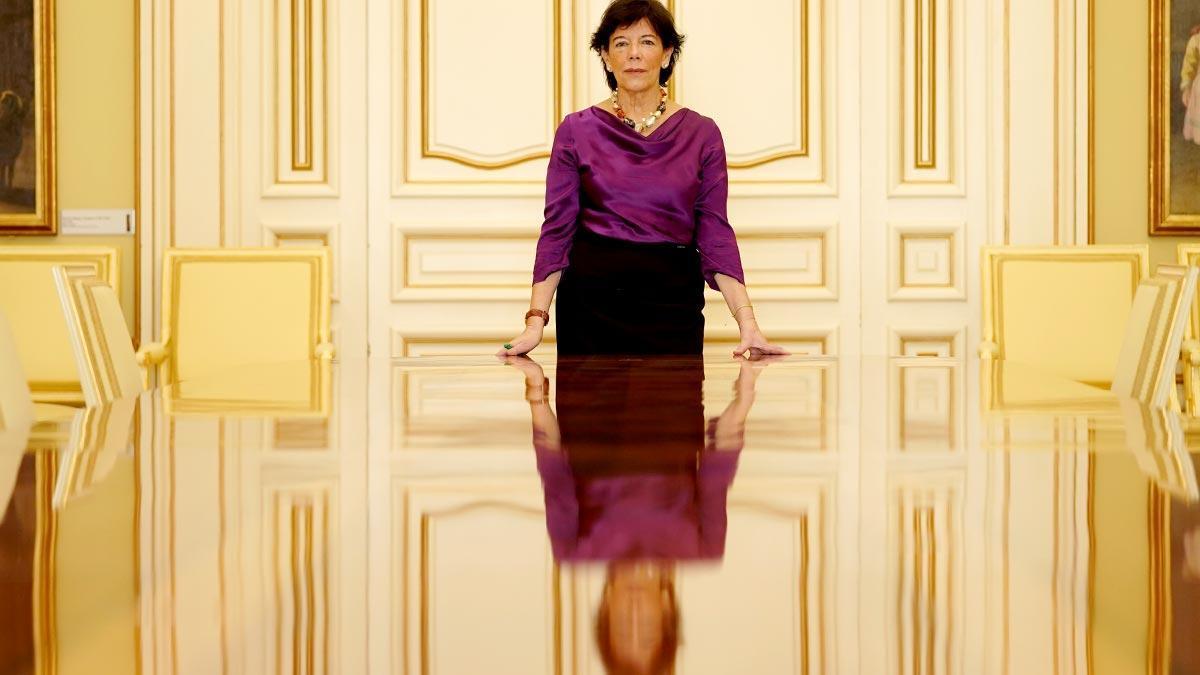 La titular de Educación y Formación Profesional, Isabel Celaá, en una sala de reuniones del ministerio.