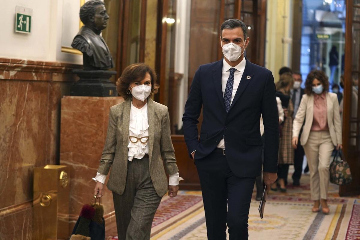 Pedro Sánchez y la vicepresidenta primera del Gobierno, Carmen Calvo, llegan al pleno del Congreso el pasado 18 de noviembre.