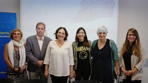 D'esquerra a dreta,Laura Campos, Dolors Sabater,Joan Callau, AdaColau, Núria Parlon iJanet Sanz.