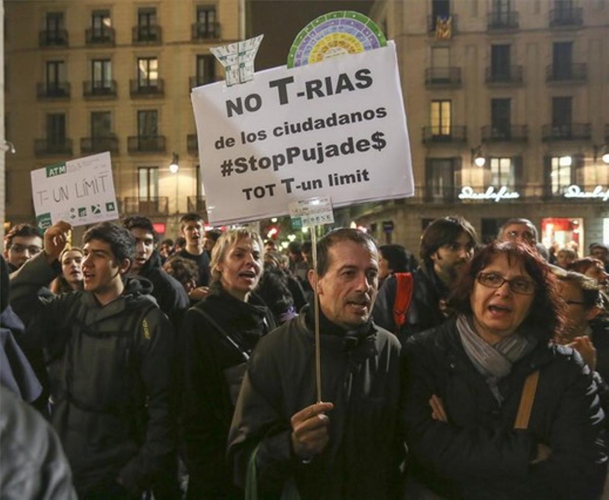 Manifestacion contra la subida de tarifas del del transporte metropolitano en la plaza de Sant Jaume