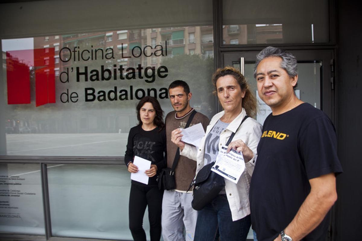 Afectados por los pisos de protección oficial de Badalona. Sandra Salgado, Jonatan Rojas, Maria Carmen Arias y Carlos Ortega frente a la oficina municipalde Viviendade Badalona.
