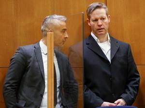 El neonazi Stephan Ernst habla con su abogado, Mustafa Kaptan, en el tribunal de Frankfurt mientras espera conocer el veredicto.