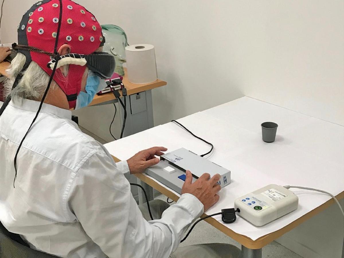 Una de las pruebas realizadas en el trabajo. El hombre privado de visión ha de determinar la presencia o ausencia del vaso negro sobre la mesa blanca.