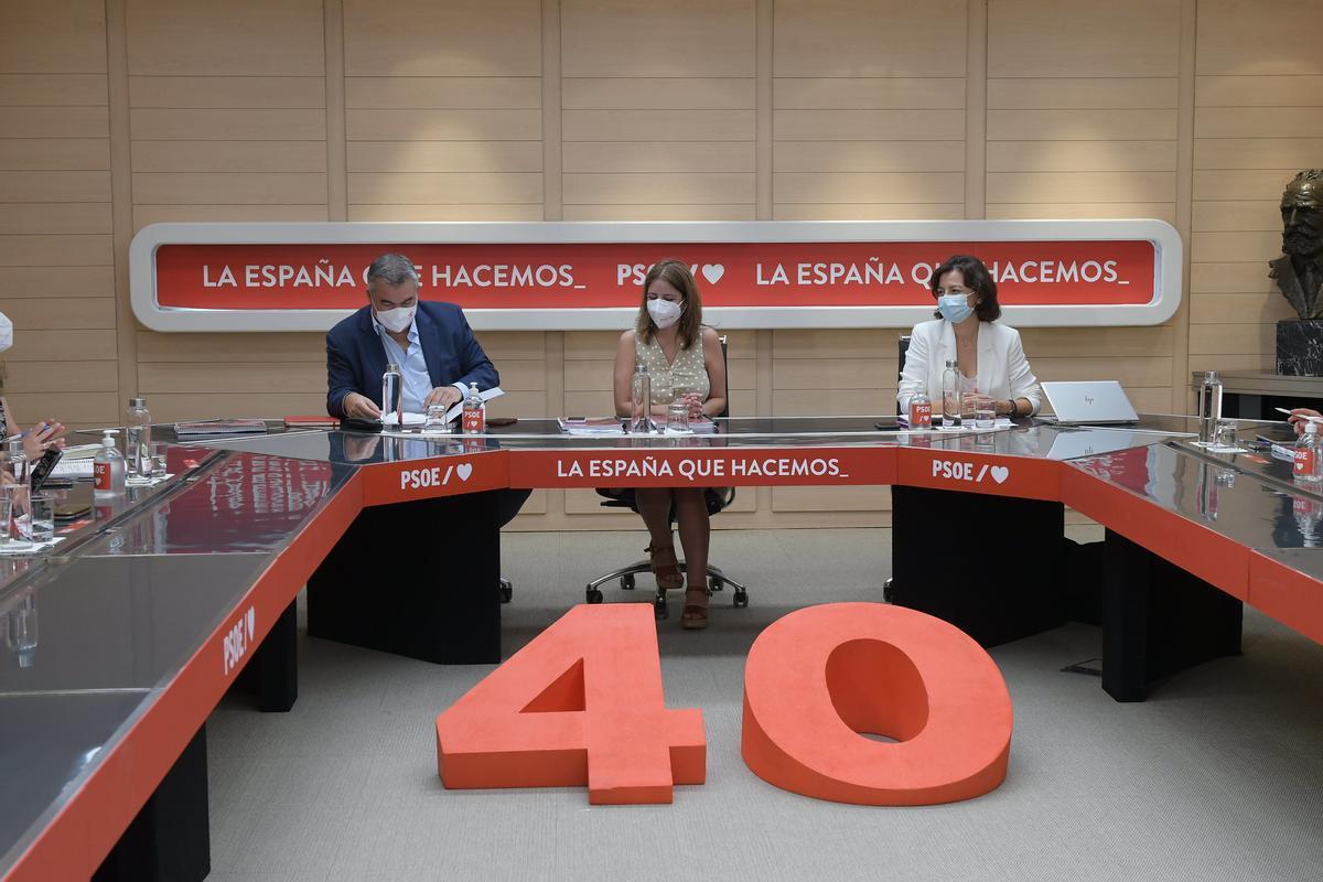 La vicesecretaria general del PSOE y coordinadora general del 40º Congreso Federal, Adriana Lastra, junto a su adjunto, Santos Cerdán, y la portavoz, Eva Granados, durante la reunión del órgano de este 30 de agosto de 2021 en Ferraz.