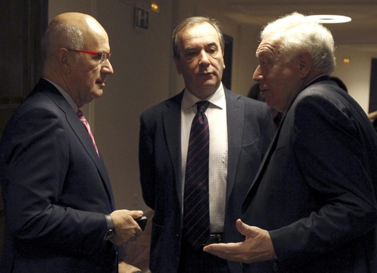 Margallo (derecha) habla con Josep Antoni Duran Lleida (izquierda) y el diputado socialista José Antonio Alonso, hoy en los pasillos del Congreso.