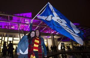 Partidaris de la independència fan onejar una bandera fora del Parlament escocès a Edimburg.