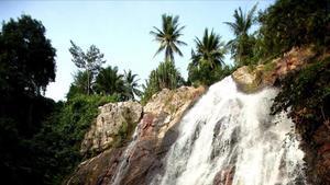 Vista de la cascada Na Meungen la isla de Ko Samuicercana a la de Na Meung 2.