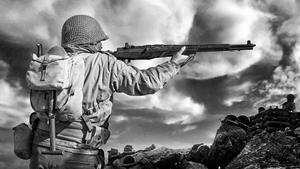 Un coleccionista de uniformes históricos, en la piel de un soldado aliado, defiende una posición en Ca l'Alemany, masía badalonense empleada como decorado de la batalla de Francia.