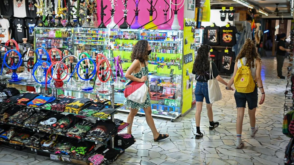 Interior de El Mercadillo este viernes, dividido en diversos espacios comerciales.