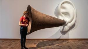 La pieza de John Balderassi 'La trompeta de Beethoven', en la Fundació Miró.