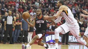 Chris Paul, de los HOuston Rockets con el balón en la mano, enplena exhibición ante Rudy Gobert, de los Utah Jazz.