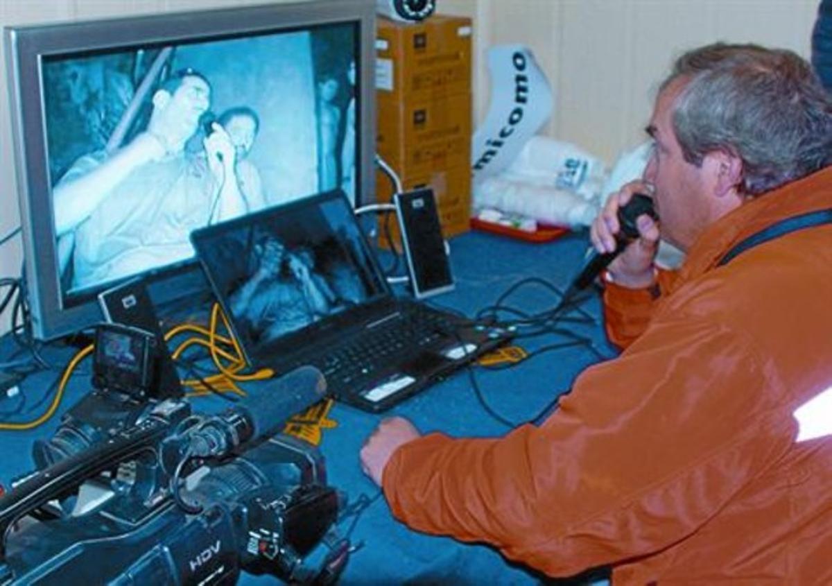 Uno de los responsables del rescate de los mineros chilenos atrapados habla con ellos por videoconferencia.