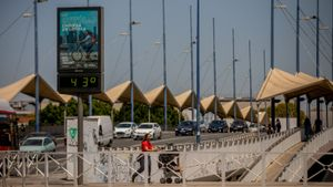 Un termómetro señala 43 grados este martes en Sevilla.