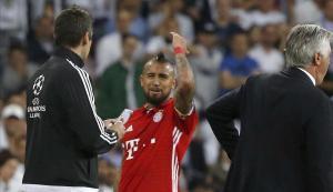 Arturo Vidal se lamenta tras ser expulsado del encuentro contra el Real Madrid.